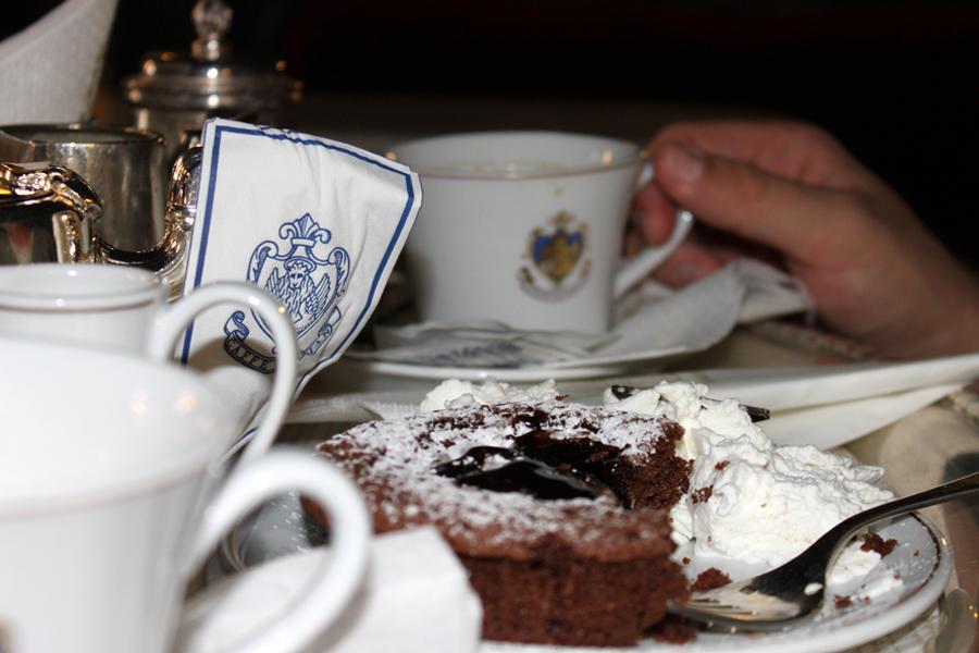Vier: Im Kaffeehaus