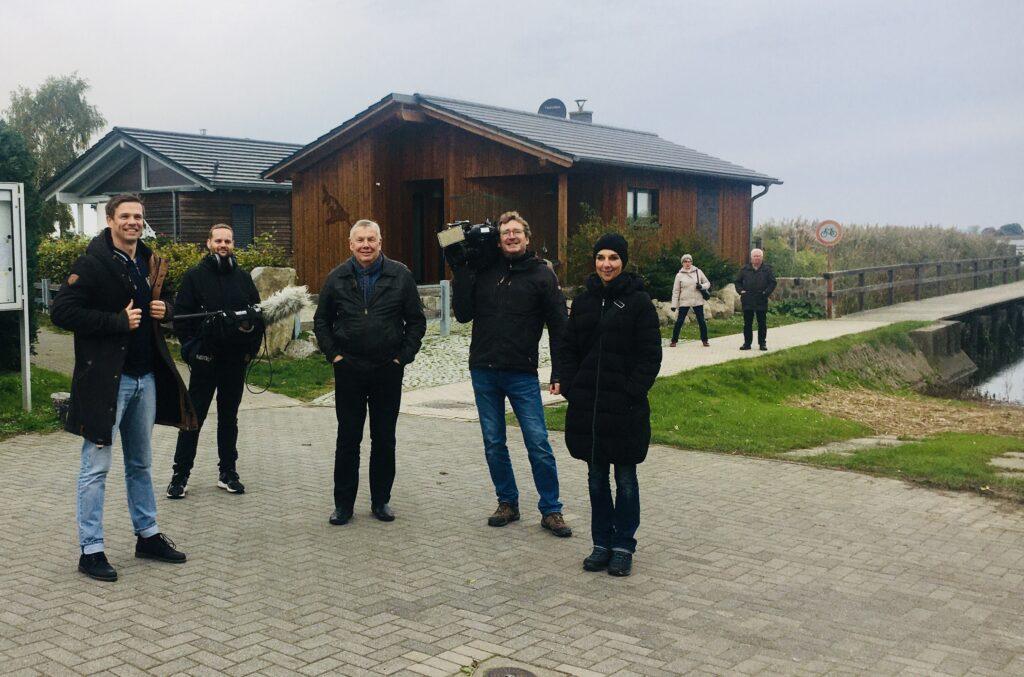 NDR-Mitarbeiter und ich während eines Termins auf Usedom vor den illegal errichteten Ferienhäuser am 20. Oktober 2020